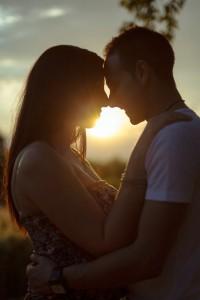 Foto Idee: Fotografieren Sie mit Gegenlicht für Fotos mit klaren Silhouetten oder romantische Fotos zu zweit.